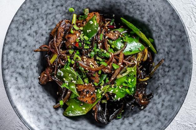 Wok. soba roerbaknoedels met rundvlees en groenten
