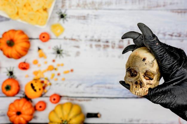 Wolf hand met schedel met halloween achtergrond. trick or treat in de herfst en herfst seizoen.