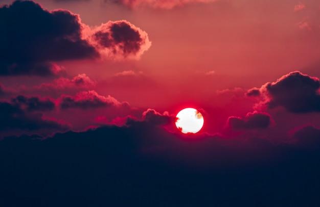 Wolk de avondlucht bij paarse en blauwe zonsondergang. prachtige zonsopgang in israël. kopieer ruimte voor uw tekst, selectieve focus. prachtige natuur achtergrond, behang. avondlucht, landschap. karmozijnrode zonsondergang
