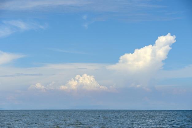 Wolk en blauwe lucht