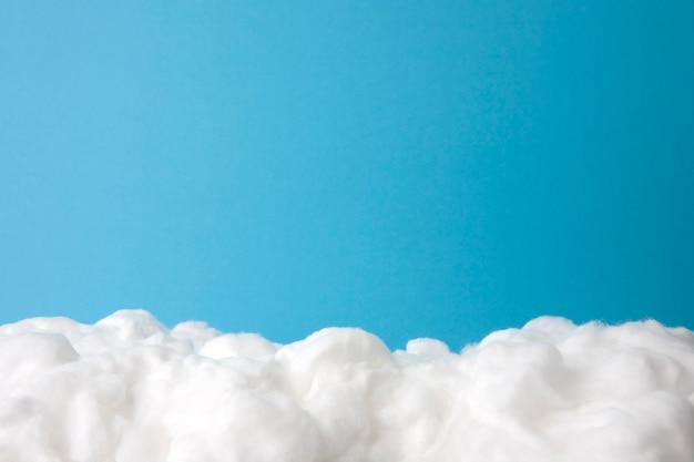 Wolk gemaakt van watten op hemelsblauw