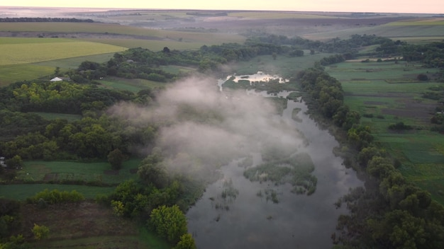 Wolk laag boven de rivier in de vallei