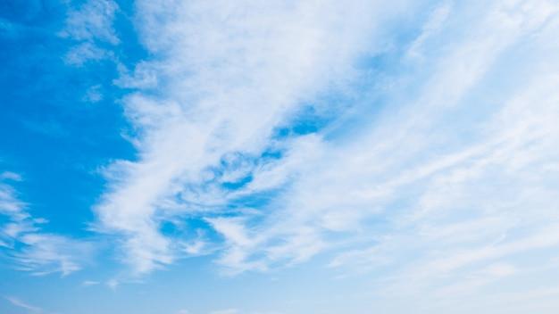 Wolk op blauwe hemel