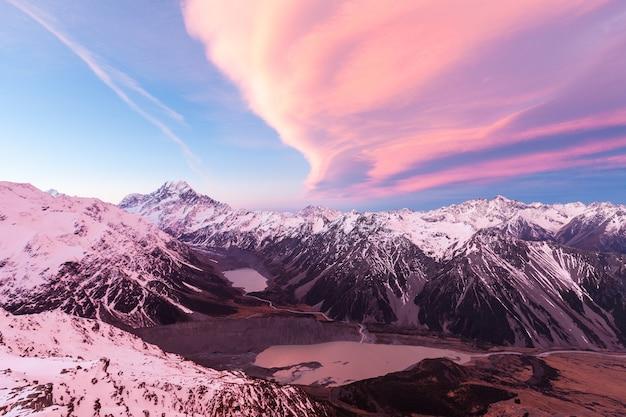 Wolk over aoraki mount cook, cook range, hooker valley en mueller lake vanuit sealy range, aoraki mount cook national park, nieuw-zeeland