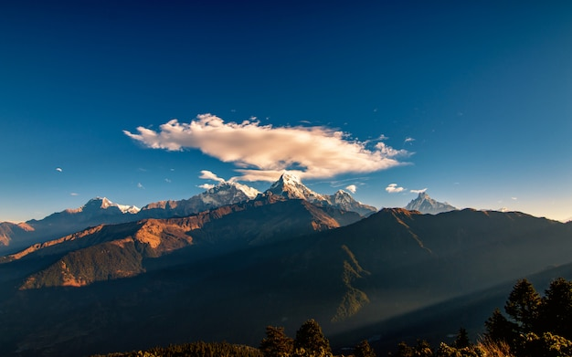 Wolk over het mount annapurna south-bereik vanuit poonhill, nepal.
