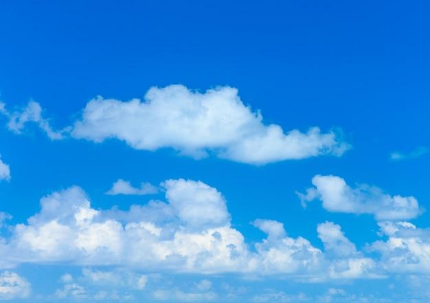 Wolken aan de blauwe lucht