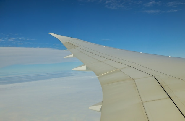 Wolken aan de hemel zoals te zien op een vleugel van een vliegend vliegtuig