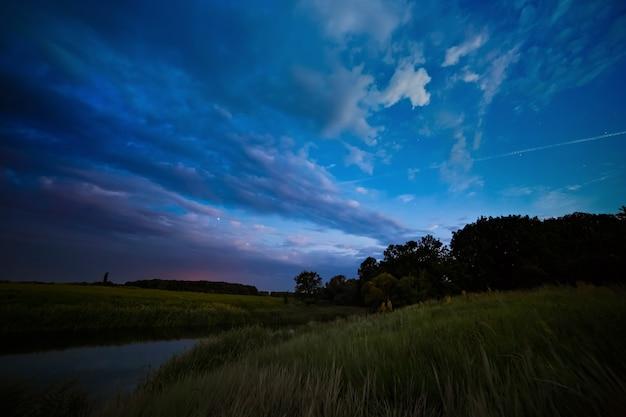 Wolken bij zonsondergang in de lucht