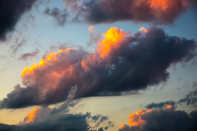 Wolken bij zonsondergang met roze lichten.