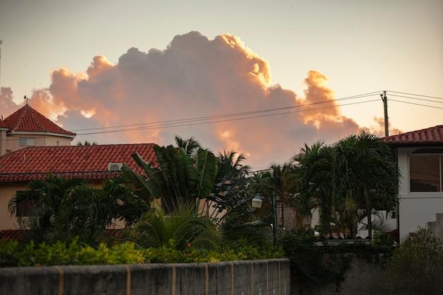Wolken boven de caribische stad in dominicus, dominicaanse republiek