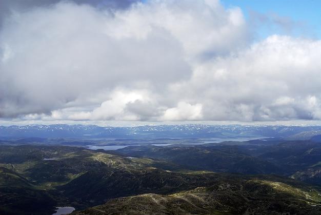 Wolken boven de heuvels bij tuddal gaustatoppen in noorwegen