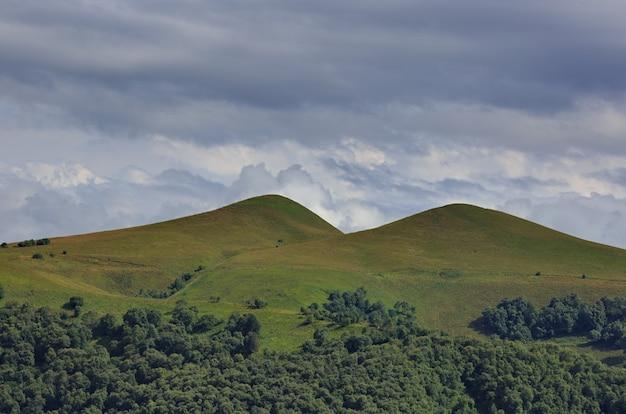 Wolken boven de heuvels in het gebied van de berg elbrus. gefotografeerd in de kaukasus, rusland.