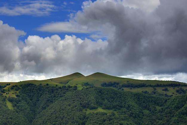 Wolken boven de heuvels in het gebied van de berg elbrus
