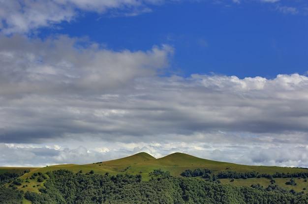 Wolken boven de heuvels in het gebied van mount elbrus. gefotografeerd in de kaukasus, rusland.
