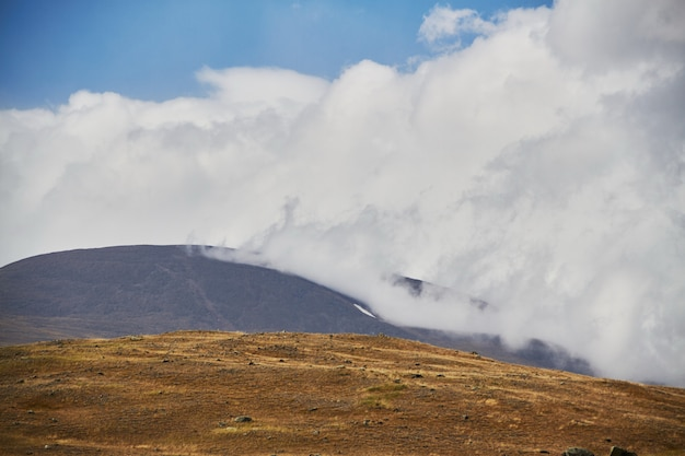 Wolken boven de steppe open plekken, onweerswolken boven de heuvels. het ukok-plateau in altai. fantastische koude landschappen. iedereen in de buurt