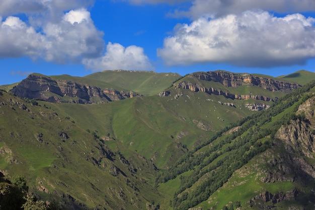 Wolken boven de toppen van de rotsachtige bergen. gefotografeerd in de kaukasus, rusland.