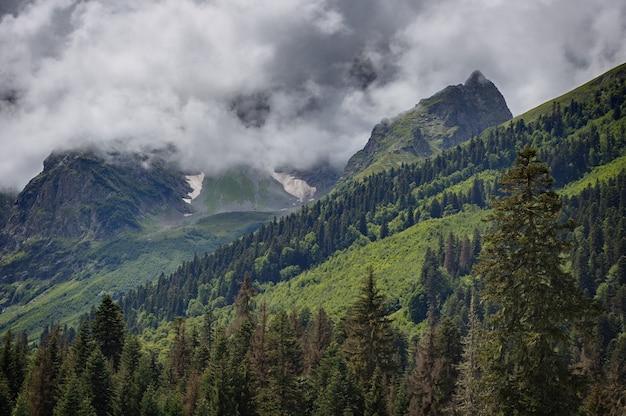 Wolken boven de toppen van de rotsachtige bergen