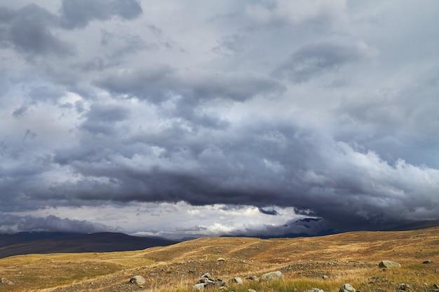 Wolken boven open steppe, onweerswolken boven heuvels. het ukok-plateau in altai. fantastische koude landschappen. iedereen in de buurt
