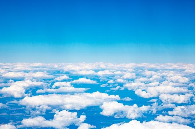 Wolken en lucht gezien door het raam van een vliegtuig