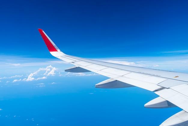 Wolken en lucht gezien door raam van een vliegtuig