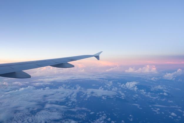 Wolken en lucht zoals gezien door raam van een vliegtuig