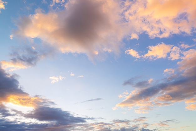 Wolken en luchtprachtige zonsonderganghemel boven wolken met dramatisch licht