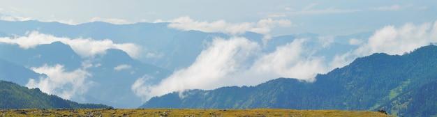 Wolken en mist in de bergen, panoramisch uitzicht