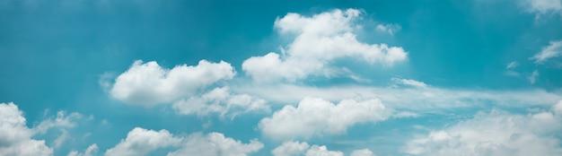Wolken in de blauwe hemel op zonnige dag, natuurlandschap met een goed weer