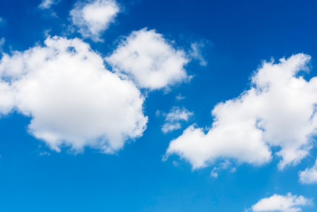 Wolken in de blauwe lucht behang