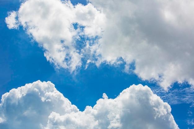 Wolken in de blauwe lucht in de zon