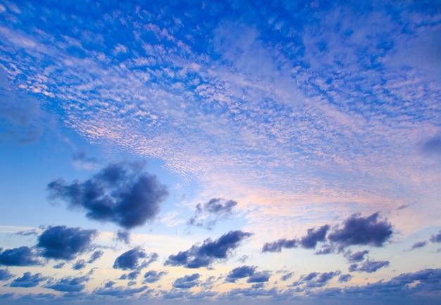 Wolken in de blauwe lucht