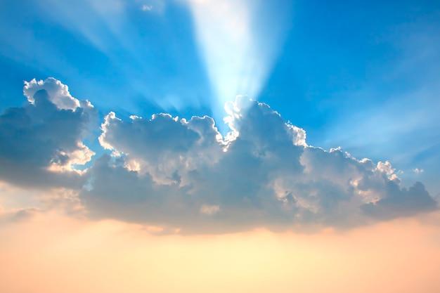 Wolken in de lucht met zonlicht schijnt in de zee