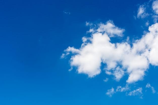 Wolken in het blauwe hemelbehang