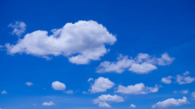 Wolken met blauwe hemelachtergrond.