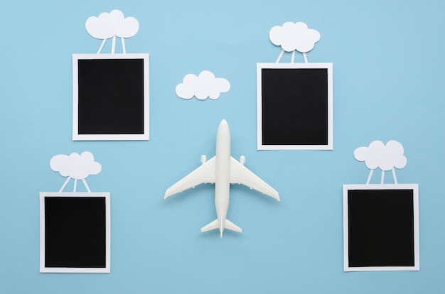 Wolken met foto's en vliegtuig