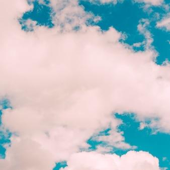 Wolken op blauwe hemel