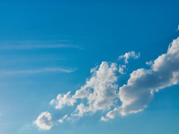 Wolken op blauwe hemelachtergrond