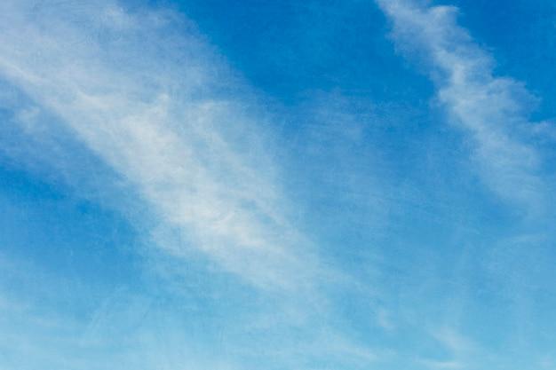 Wolken op een blauwe hemelachtergrond
