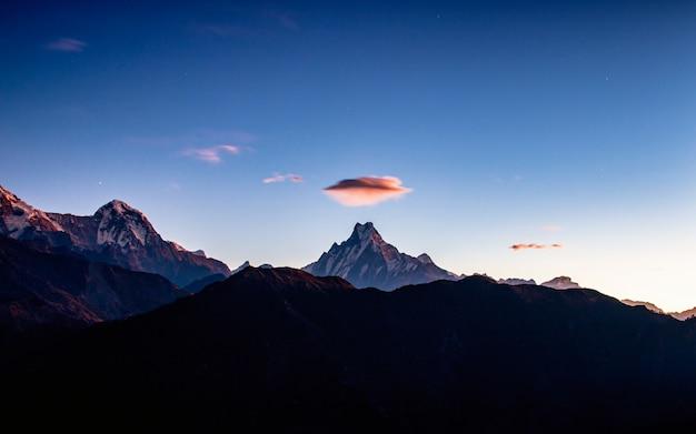 Wolken ufo over de mount fishtail uit poonhill, nepal.