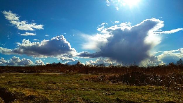 Wolken vliegen laag over het veld