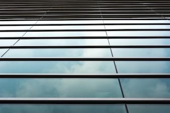 Wolken weerspiegeld in het gebouw