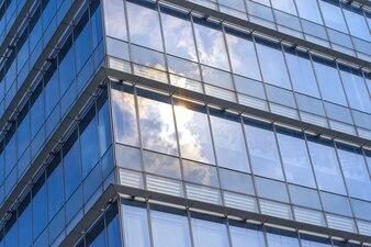 Wolken weerspiegeld in ramen van een modern gebouw