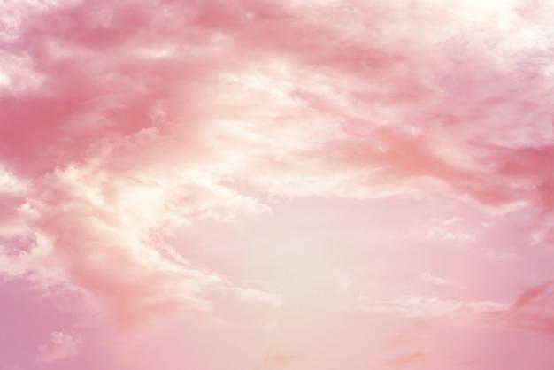 Wolkenachtergrond met een roze pastelkleur