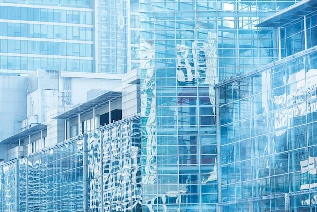 Wolkenbezinning in hoge glasbureaus blauwe weerspiegeling van de hemel. business achtergrond.