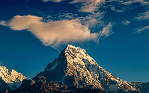 Wolkenjachtluipaard over het zuiden van mount annapurna van poonhill, nepal.