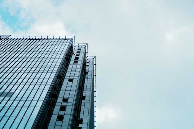 Wolkenkrabber en toren van zakencentrum, blauwe lucht, bedrijfsconcept. banner