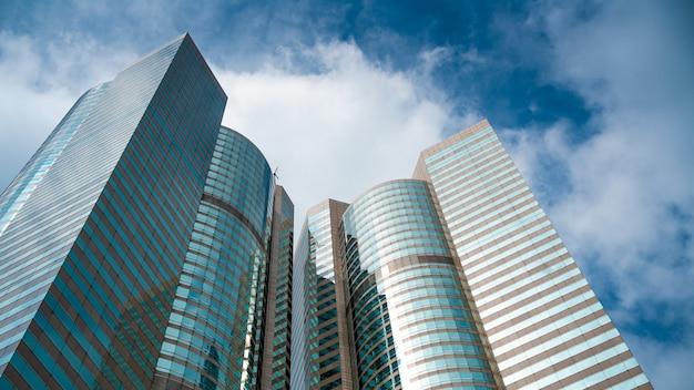 Wolkenkrabber gebouw met hemelachtergrond