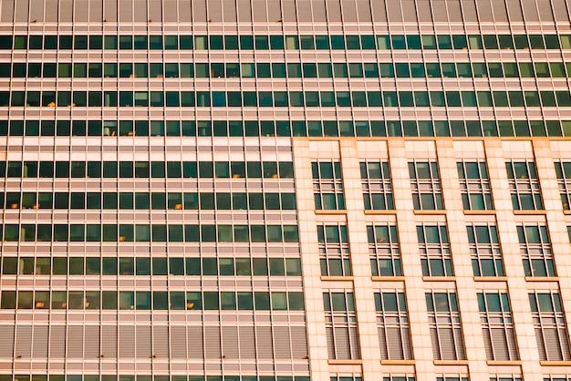 Wolkenkrabber gevel met veel ramen