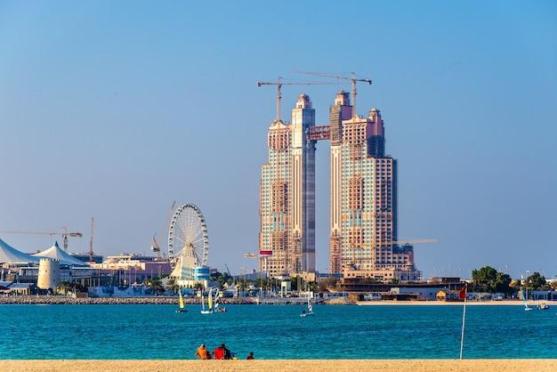 Wolkenkrabber in aanbouw bij de jachthaven van abu dhabi