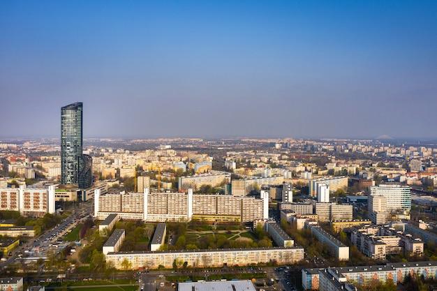 Wolkenkrabber in woongebouwen in de stad wroclaw